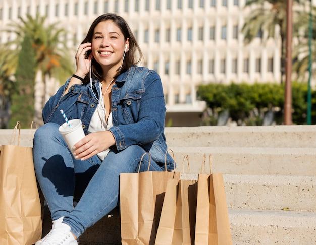 Adolescente feliz posando ao ar livre