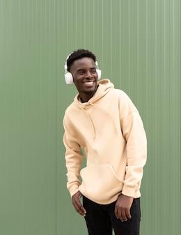 Adolescente feliz posando com fones de ouvido