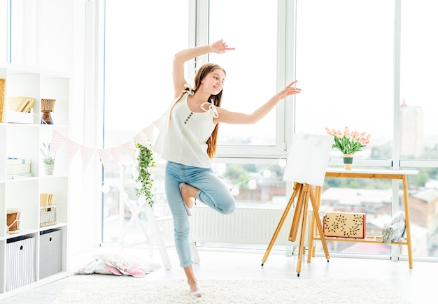 Adolescente feliz, realizando a dança contemporânea