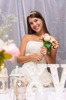 Adolescente feliz, segurando um buquê de flores