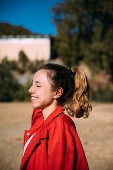 Adolescente feliz, sorrindo, parque