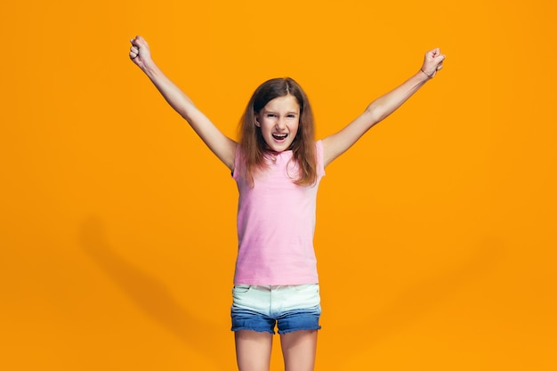Adolescente feliz sucesso comemorando ser um vencedor. imagem energética dinâmica do modelo feminino
