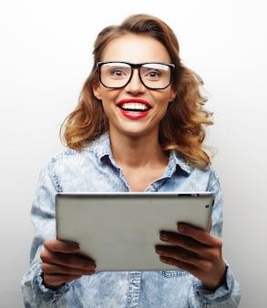 Adolescente feliz usando óculos com tablet pc computador