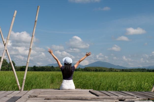 Adolescente, femininas, sentando, ligado, ponte madeira, em, arroz, campo, conceito, divertimento, único, relaxamento, viagem, estilo vida