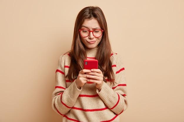 Adolescente gengibre usando óculos vermelhos