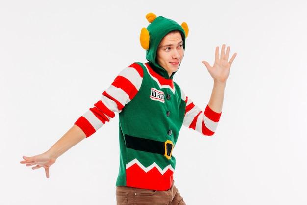 Adolescente jovem atraente em traje de elfo em fundo branco