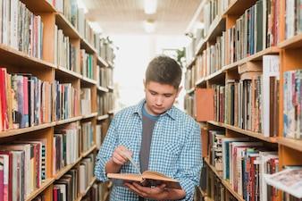 Adolescente, livro leitura, entre, bookcases