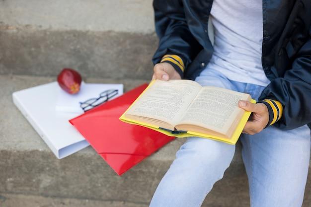 Adolescente, livro leitura, ligado, escadas