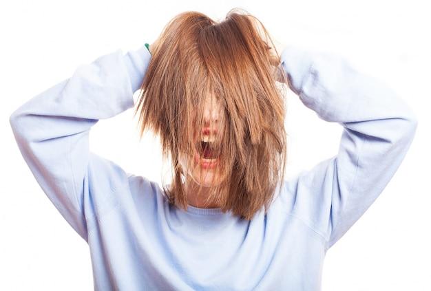 Adolescente louco que joga com seu cabelo