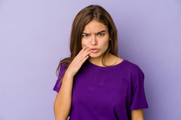 Adolescente magro de menina caucasiana no espaço roxo, tendo uma forte dor nos dentes, dor molar.