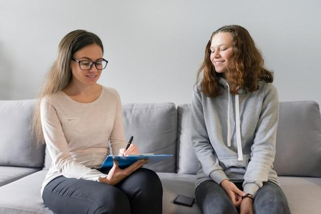 Adolescente menina falando com psicólogo mulher