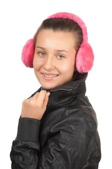 Adolescente menina feliz em fones de ouvido rosa isolado no branco