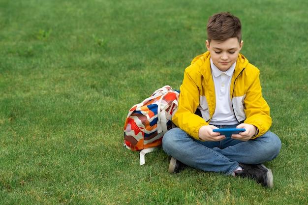 Adolescente moderno em jaqueta amarela
