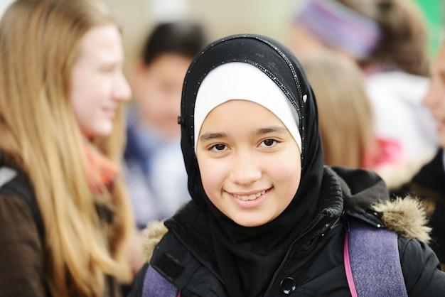 Adolescente muçulmana árabe na escola
