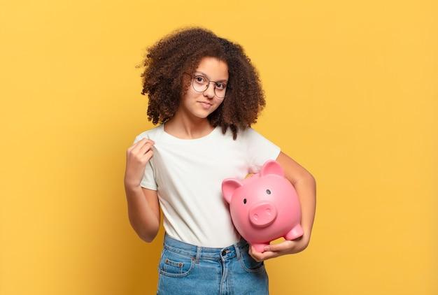 Adolescente muito afro olhando sério, severo, descontente e irritado, mostrando a palma da mão aberta, fazendo gesto de parada. conceito de economia