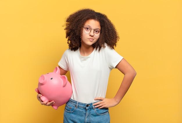 Adolescente muito afro parecendo infeliz e estressado. conceito de economia