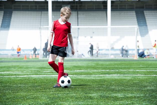 Adolescente no campo de futebol