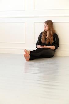Adolescente no chão