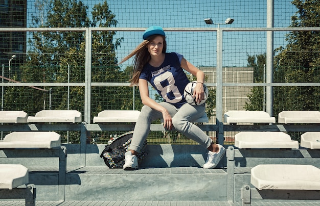 Adolescente no pátio da escola