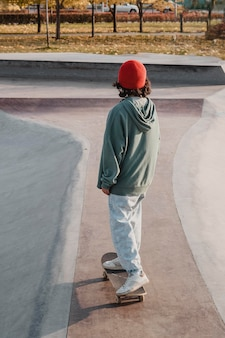 Adolescente no skatepark