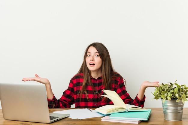 Adolescente novo que vai para trás a sua rotina que faz trabalhos de casa confuso e duvidoso.