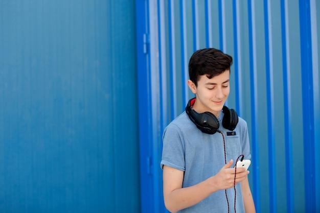 Adolescente ouvindo música com fones de ouvido
