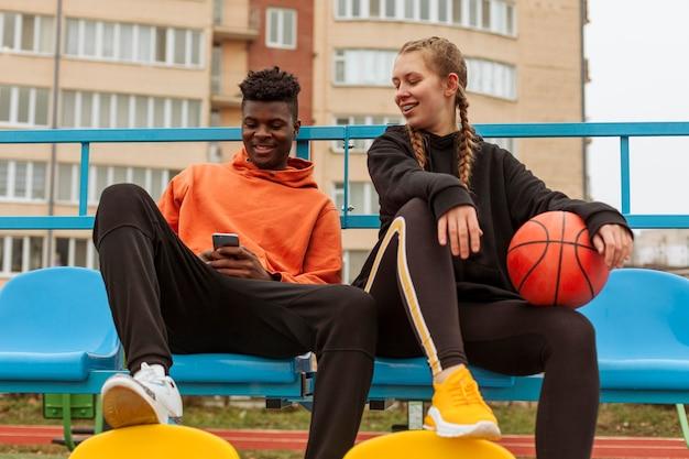 Adolescente passando um tempo juntos ao ar livre