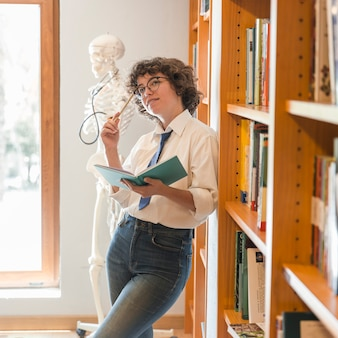 Adolescente, pensando, perto, bookcases