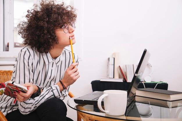 Adolescente, pensando, perto, laptop
