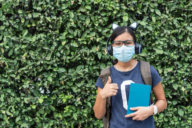 Adolescente pronto para ir para a escola durante uma pandemia