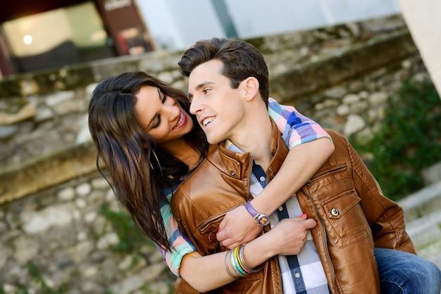 Adolescente que abraça seu noivo de sorriso