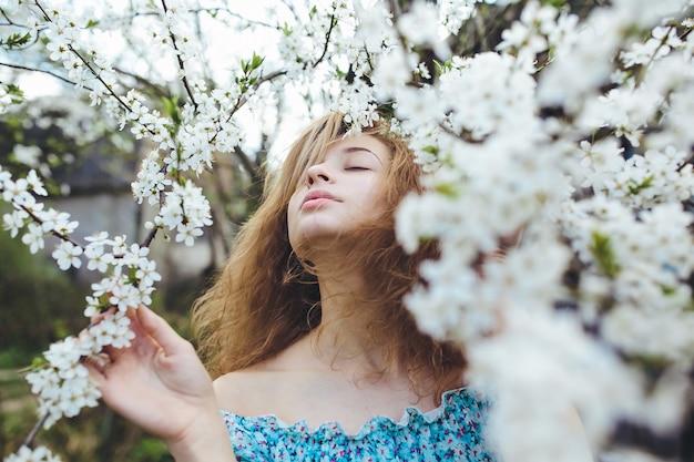 Adolescente que aprecia a natureza
