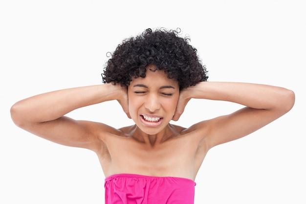 Adolescente que não suporta o barulho