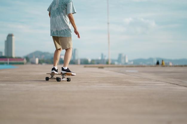 Adolescente se divertindo com skate