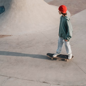 Adolescente se divertindo no skatepark com espaço de cópia