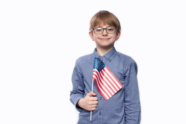 Adolescente segurando a bandeira da américa.