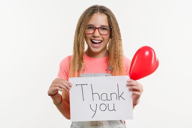 Adolescente, segurando o papel com texto de agradecimento