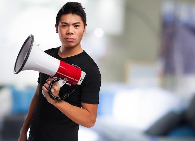 Adolescente sério com um megafone