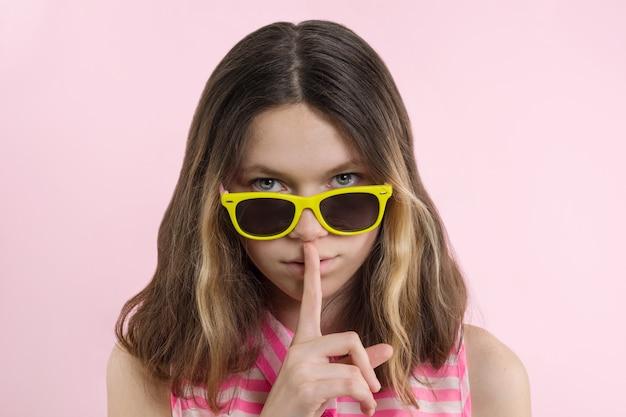 Adolescente sério mostrar sinal de silêncio