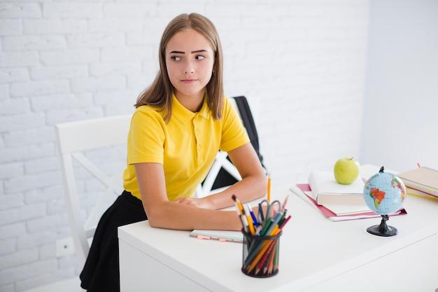 Adolescente sério na aula