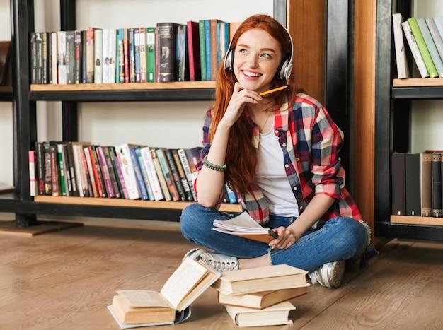 Adolescente sonhadora fazendo dever de casa