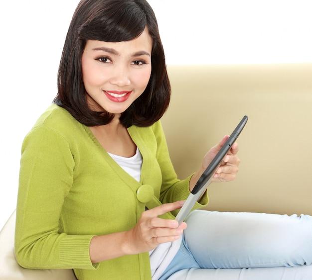 Adolescente sorridente com tablet pc