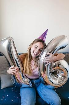 Adolescente sorridente comemorando aniversário