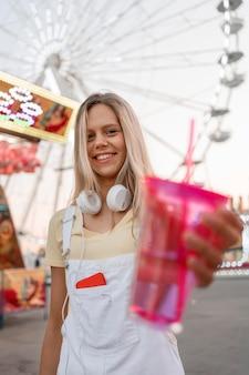 Adolescente sorridente em foto média posando