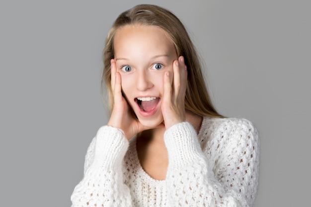Adolescente surpreendida com a boca aberta
