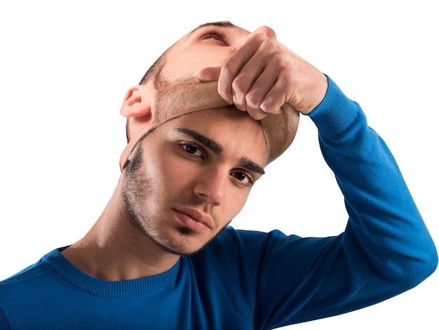 Adolescente tira a máscara de adulto Foto Premium