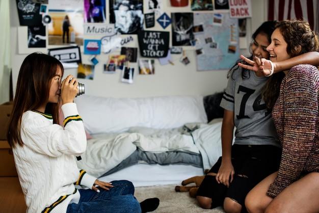Adolescente, tirando uma foto, de, dela, amigos, passatempo, e, fotografia, conceito