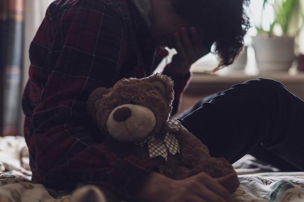 Adolescente triste e solitário tendo problemas e chora no quarto b