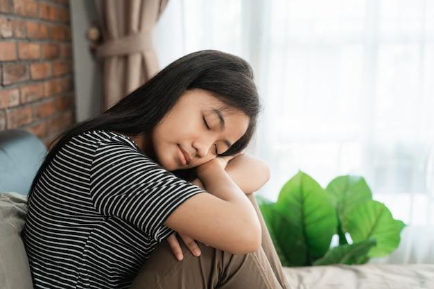 Adolescente triste sentado na cama