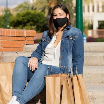 Adolescente usando máscara ao ar livre